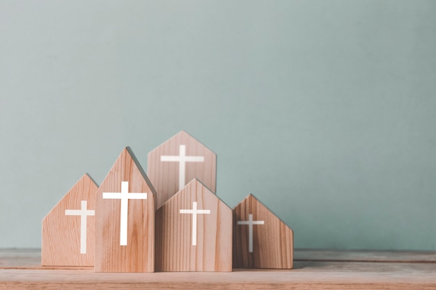 Pueblo de iglesia para católicos, comunidad de cristo, concepto de esperanza, cristianismo, fe, religión e iglesia en línea.