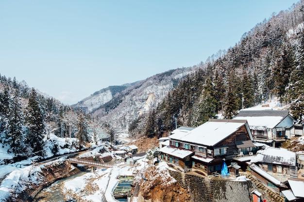 Pueblo de japón entre nieve y montaña