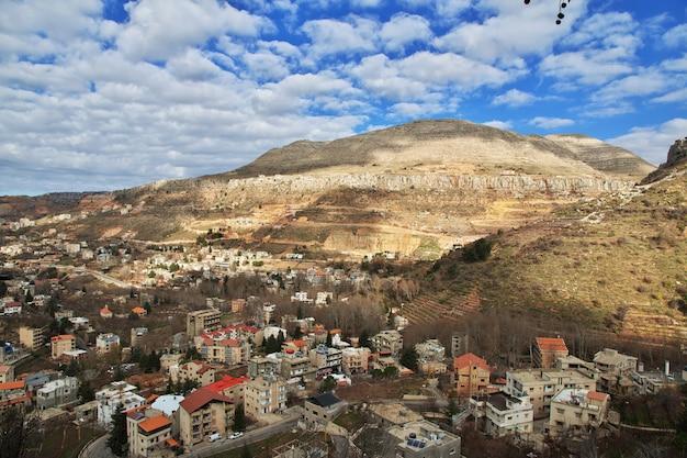 El pueblo del líbano en las montañas