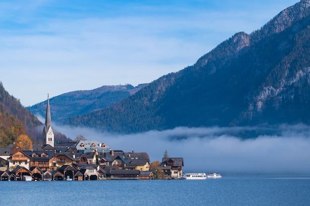 Pueblo de montaña de hallstatt en un día soleado desde el punto de vista de la postal clásica austria