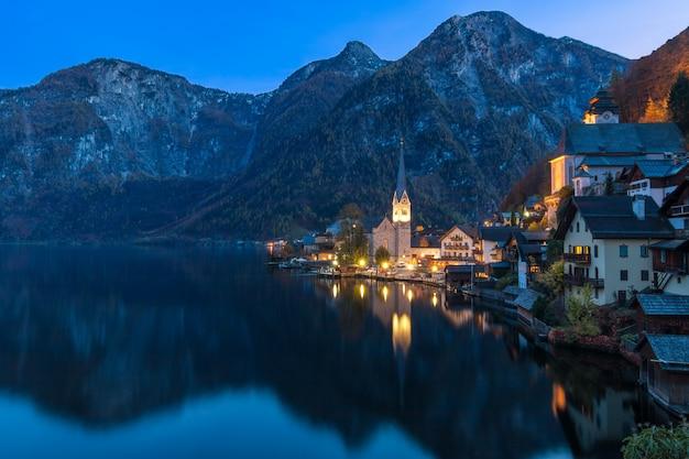 Pueblo de montaña de hallstatt en la noche desde el punto de vista de la postal clásica austria