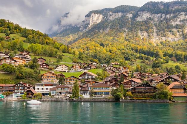 Pueblo de montaña junto al lago thun en interlaken, suiza