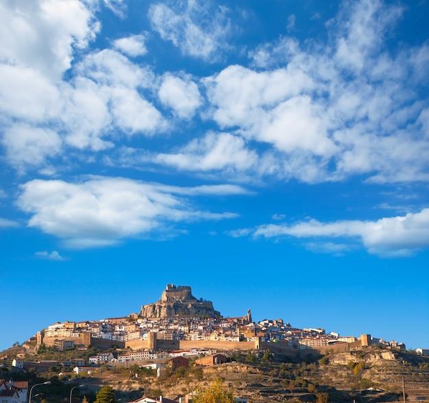 El pueblo de morella es el maestrazgo castellon con castillo.