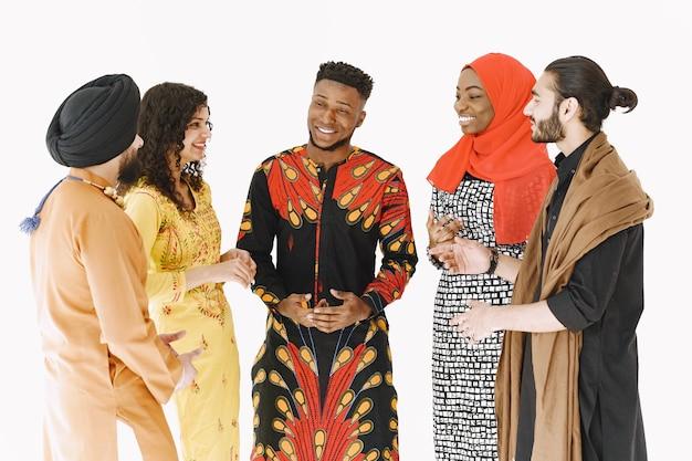 Pueblo multiétnico con vestimenta tradicional. diversidad y cultura. unidad y amistad.