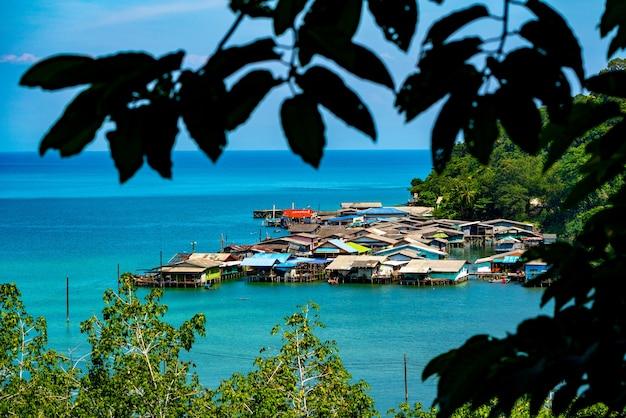 Pueblo de pescadores desde la vista de pájaro en koh kood, al sureste de tailandia.