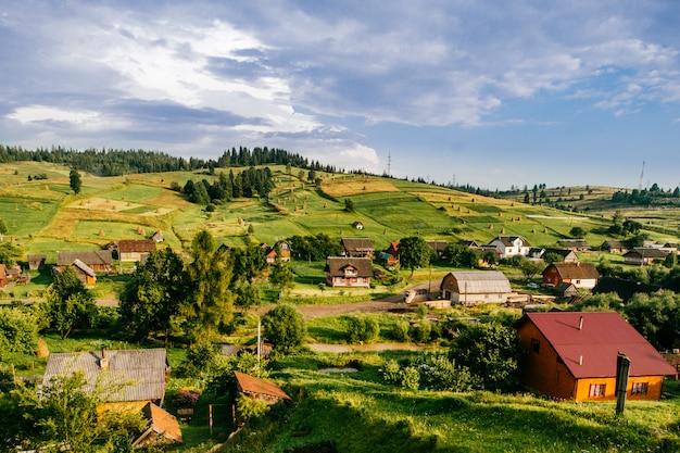 Pueblo rural en las montañas