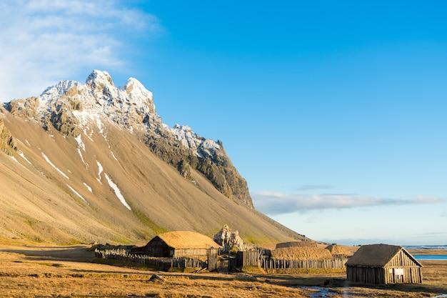 Pueblo vikingo islandés tradicional. casas de madera cerca de las montañas