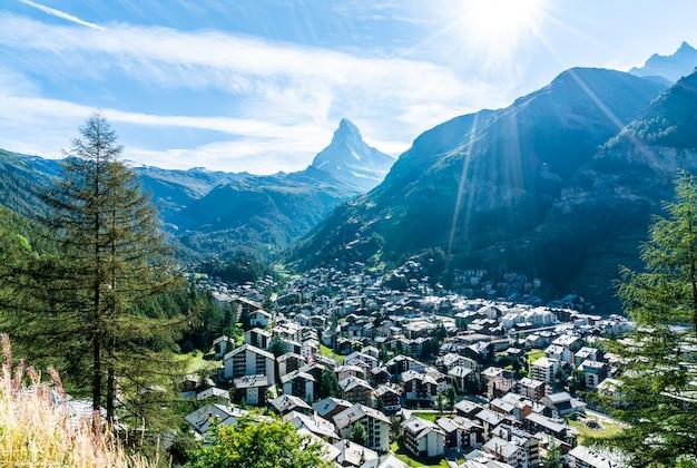 Pueblo de zermatt con fondo de matterhorn.