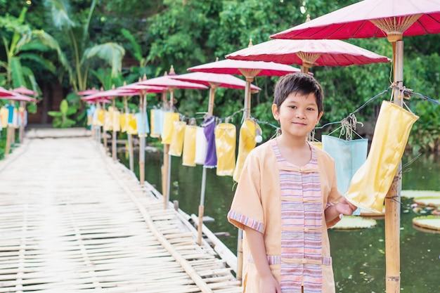 Pueblos del norte de tailandia en concepto de traje tradicional