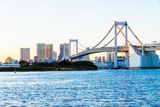 Puente del arco iris en la ciudad de tokio en japón