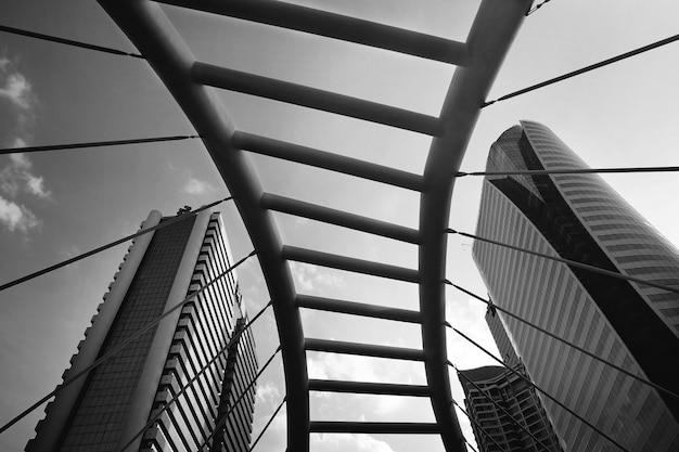 Puente arquitectónico en escala de grises en bangkok