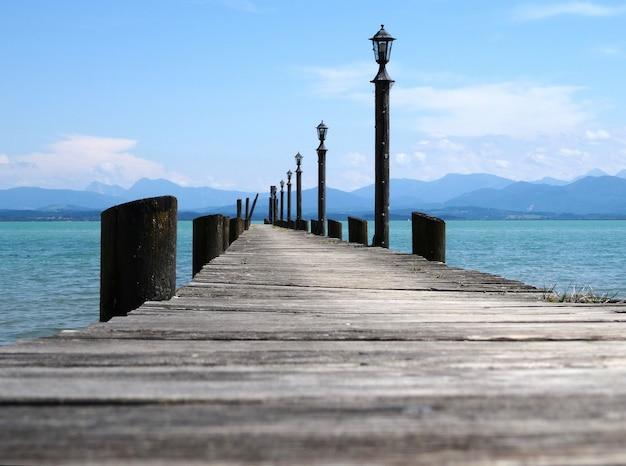 Puente de aterrizaje en el lago chiemsee, baviera, alemania