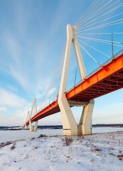 Puente atirantado a través del río escarchado