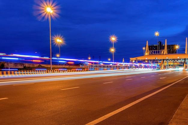 Puente de la autopista y el tráfico por la noche