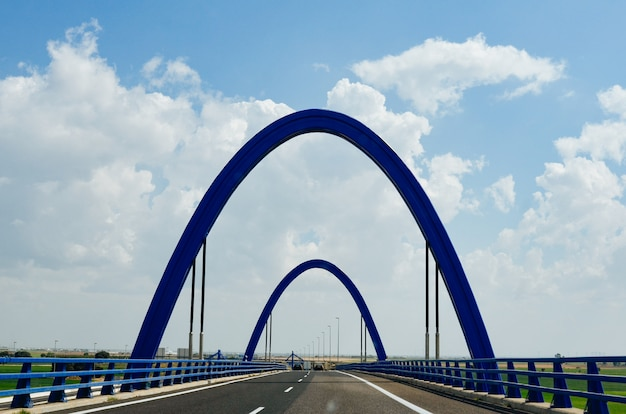 Puente azul en la carretera