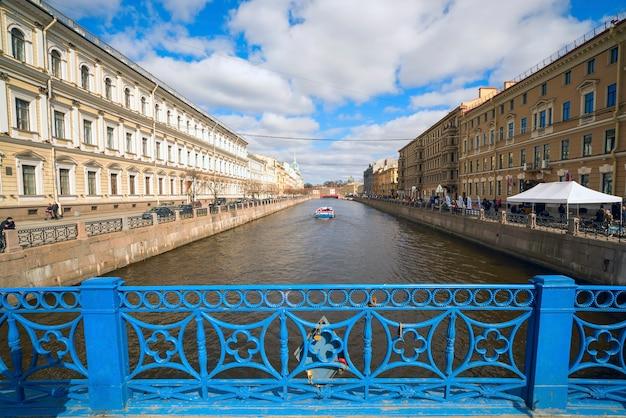 Puente azul sobre el río moika en san petersburgo, rusia.