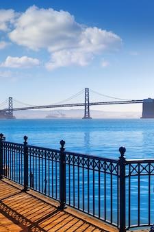 Puente de la bahía de san francisco desde pier 7 california