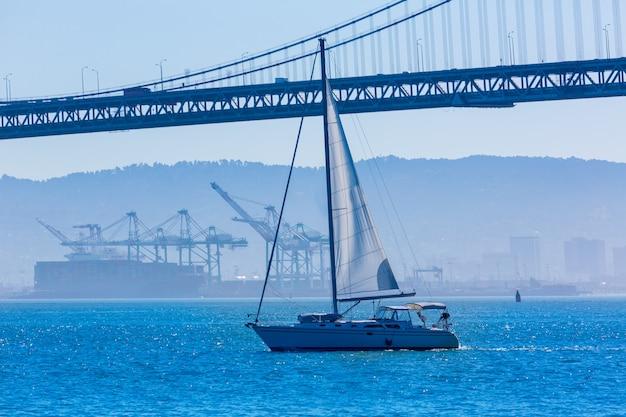 Puente de la bahía de san francisco, velero desde el muelle 7 de california