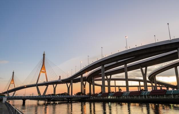 Puente bhumibol al atardecer en bangkok, tailandia