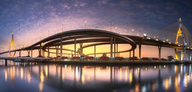 Puente bhumibol al atardecer