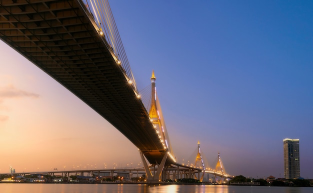Puente de bhumibol antes del atardecer