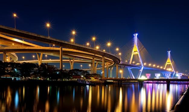 Puente de bhumibol con reflejo de agua de tailandia