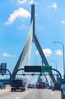 Puente de boston zakim en bunker hill massachusetts
