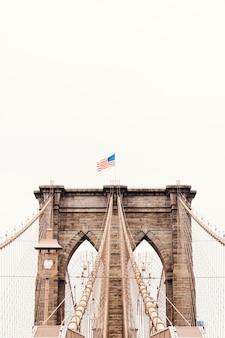 Puente de brooklyn con bandera de los estados unidos