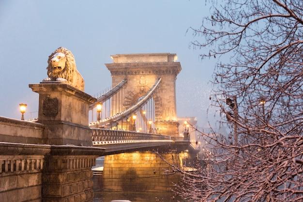 Puente de las cadenas en budapest en el crepúsculo con nieve