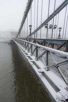 Puente de las cadenas en budapest bajo la nieve