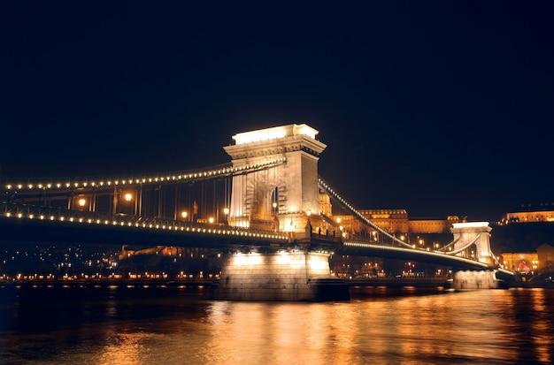 Puente de las cadenas de budapest en la noche