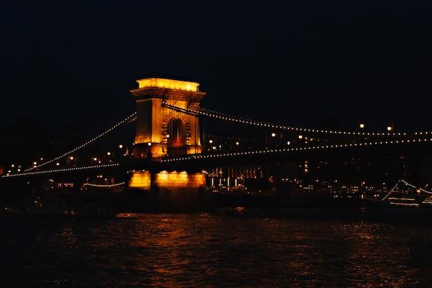 Puente de las cadenas en budapest, vista nocturna