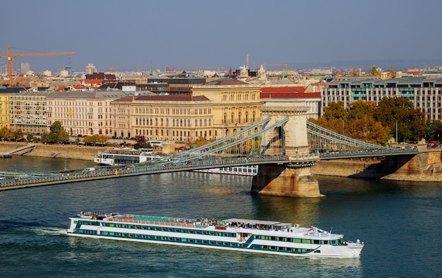 Puente de las cadenas a través del danubio, budapest