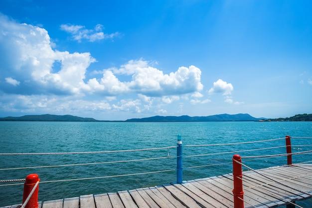 Puente camino de madera que camina en el mar en el cielo azul de la playa de hat chao lao
