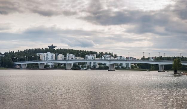 Puente y casas, jyvaskyla, finlandia. panorama