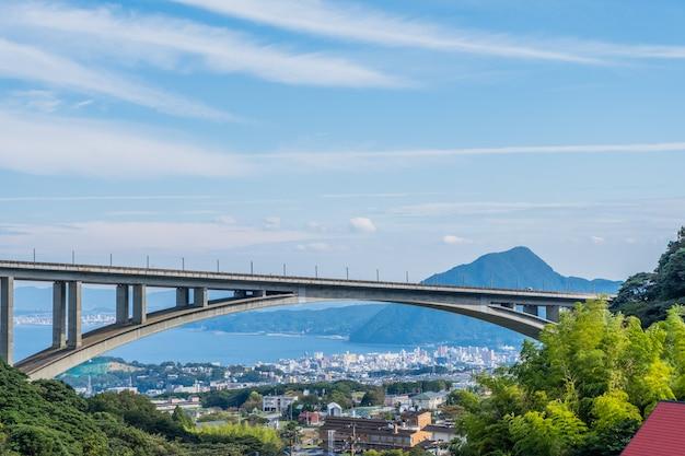 Puente con la ciudad de beppu y fondo de cielo azul