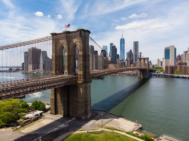 Puente de la ciudad y horizonte de la ciudad