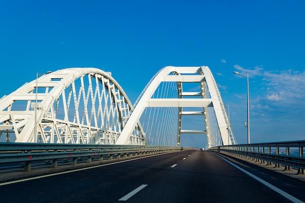 Puente de crimea pasaje de transporte a través del estrecho de kerch. el puente de arco más largo de europa.