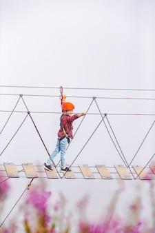 El puente de cuerda en la cima de la montaña de rosa khutor, rusia