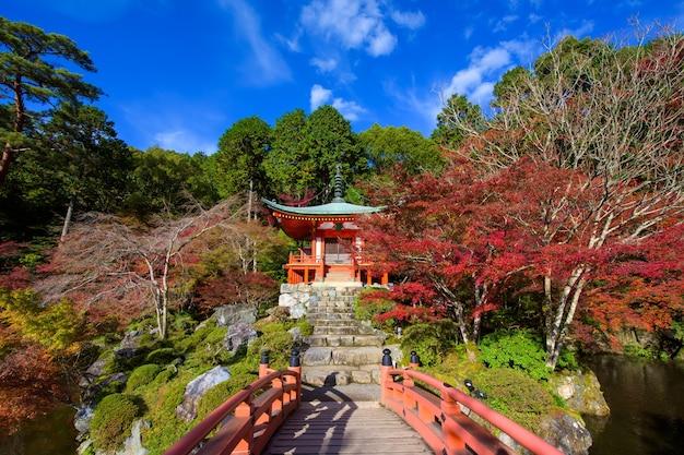 Puente daigoji al templo pagoda en arces de otoño, kyoto, japón.