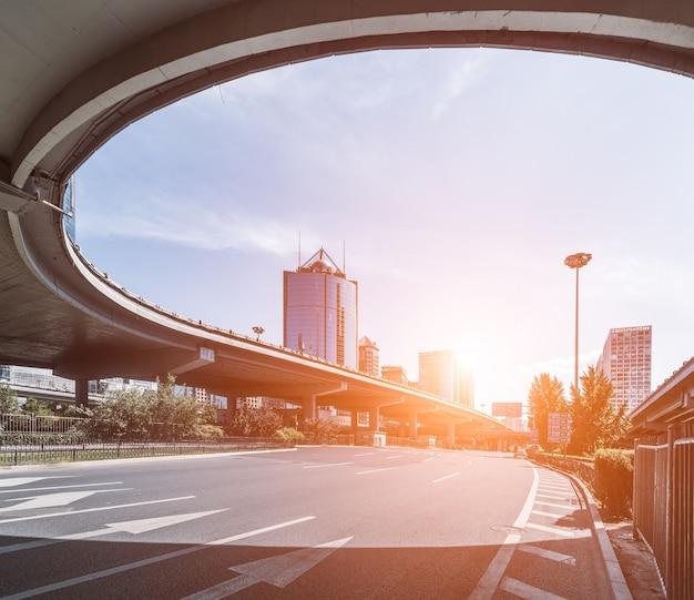 Puente elevado con curva al atardecer