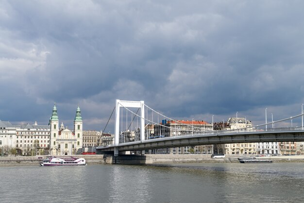 Puente de elisabeth en budapest, hungría