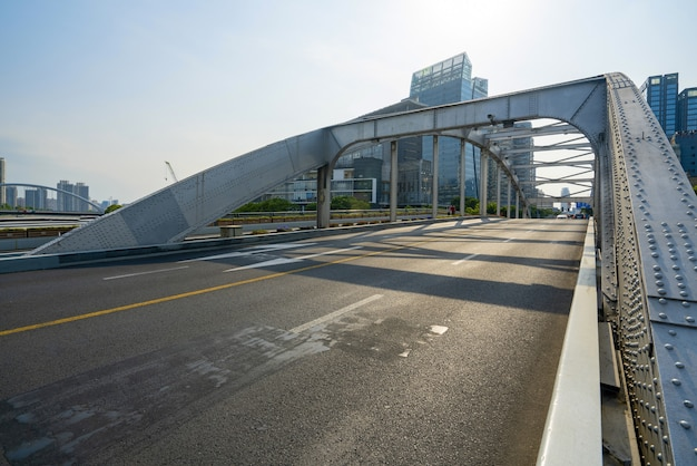 Puente ferroviario y autopista en ningbo, china