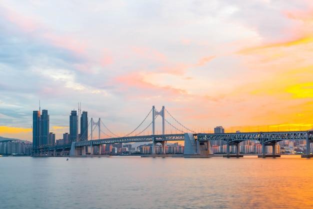 Puente de gwangan en la ciudad de busán, corea del sur.
