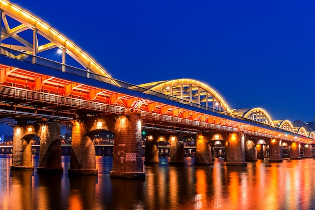 Puente hangang por la noche en seúl, corea del sur