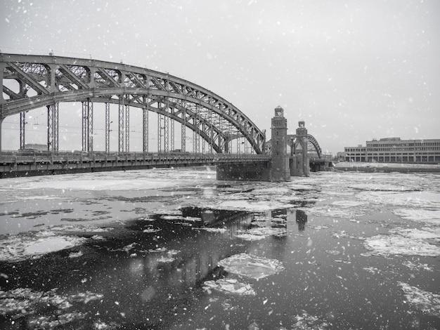 Puente de hierro sobre el río neva en san petersburgo en invierno.