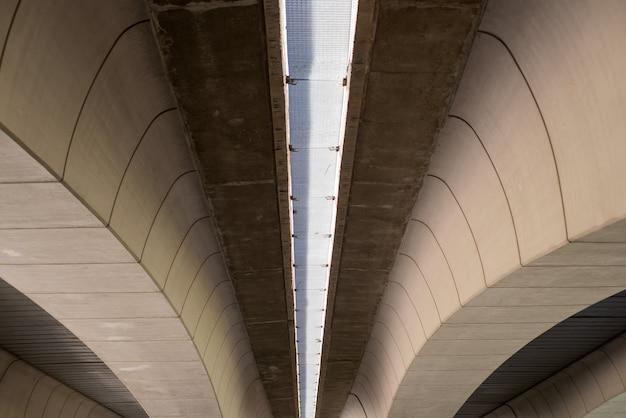 Puente de hormigón moderno con formas geométricas en valencia, españa