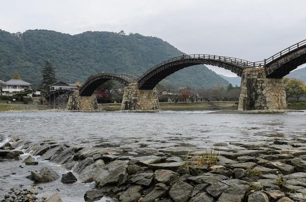 Puente kintai-kyo en iwakuni en día nublado, japón