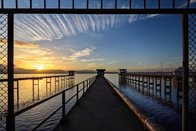 El puente hacia el lago con el cielo del amanecer.