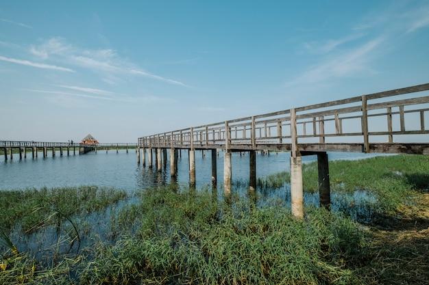 Puente lago cielo azul